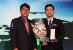 부동산써브 정태희(우)팀장이 지난 4일 소공동 롯데호텔에서 열린 2015 국가브랜드대상 시상식에서 부동산포털 부문 대상을 수상하고 기념촬영을 하고 있다.