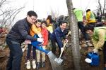 지난 3일, 금호타이어가 인왕산 탄소상쇄숲 행사에 참가하여 나무를 심고 있는 모습. 좌측 첫번째 금호타이어 정택균 연구기술본부장, 네번째 새정치민주연합 정세균의원