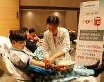 한국지멘스는 3일 중앙대학교병원과 함께 서대문구 충정로 풍산빌딩에서 생명사랑 헌혈행사를 가졌다. 한국지멘스 및 풍산빌딩 입주사 직원들이 헌혈에 참여하고 있다.