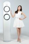 7년 연속 삼성 에어컨 모델인 김연아가 온도ㆍ습도ㆍ청정도를 눈으로 직접 확인할 수 있는 스마트한 기능과 모서리까지 신경 쓰는 엣지(Edge) 디자인을 적용한 김연아 스페셜 에어컨을 소개하고 있다.