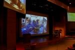 세브란스병원 은명대강당 대형 스크린을 통해 실시간 생중계 중인 인터벤션 시술 모습