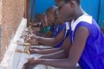 우간다의 한 학교에서 어린이들이 수업 시작에 앞서 손을 씻고 있다.