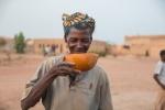 한 여성이 부르키나 파소의 와가두구 외곽의 마을에서 RAIN 프로젝트에 의한 안전한 물을 마시고 있다.