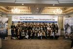 볼보건설기계코리아에서 개최한 여성 경력 개발의 날 워크샵에 참석한 여성 임직원들이 나의 화분 꿈나무와 함께 기념사진을 촬영하고 있다