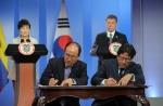 17일(현지시간) 콜롬비아 보고타시 대통령궁에서 박근혜 대통령과 후안 마누엘 산토스(Juan Manuel Santos) 콜롬비아 대통령이 지켜보는 가운데 이덕훈 한국수출입은행장과 네스또르 라울 파구아 구아우께(Nestor Raul Fagua Guauque) 콜롬비아 개발은행(Financiera de Desarrollo Nacional) 부행장이 금융협력 양해각서(MOU)에 서명하고 있다.