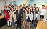 서울 광진구 능동로 건국대 행정관 대회의실에서 열린 '닥터(Dr.) 정 해외탐방 프로그램'추첨식에서 선발된 학생 20명이 정 총동문회장과 함께 기념촬영을 하고 있다.