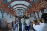 트릭포토와 함께하는 세계가면체험장입구에 대형으로 제작한 프랑스 오르세미술관을 배경으로 관람객이 사진을 찍고 있다