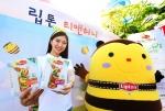 립톤이 4월 25일 여의도공원 문화의 광장에서 열린 2015 서울 안전체험 한마당에 참가해 아이들에게 큰 사랑을 받고 있는 립톤 티앤허니 아이스티 시음 행사를 진행했다