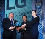 ISRI 더그 크레이머(Doug Kramer) 회장(왼쪽)이 LG전자 북미 테크놀로지 센터 난두 난다쿠마르(Nandhu Nandhakumar) 상무(가운데)에게 상을 수여하고 있다.
