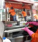 오니기리와이규동 본사 직원들이 지난 4월 15일 가맹점을 대상으로 우렁각시클리닝서비스를 실시하는 모습