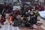 네팔 카트만두, 지진 피해민들이 집으로 돌아가지 못하고 도로 위에 주저앉아 있다.