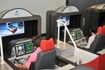 1인승 비행 시뮬레이션 장비를 체험하고 있다.