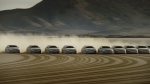 메시지 투 스페이스 영상 중 제네시스가 사막 위를 주행하며 타이어 트랙을 남기고 있는 모습 영상 캡쳐