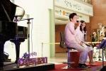 5일 어린이날, 조규찬, 해이 부부가 서울 신촌동에 위치한 세브란스어린이병원을 찾아 '오렌지 플레이' 공연을 하고 있다.