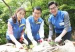 신한카드는 7일 오전, 서울 남산공원 내 장충 유아 숲체험장에서 위 사장을 비롯한 모든 임원들과 올해 입사한 신입사원 등 총 50여 명이 참여한 가운데 숲 가꾸기 봉사활동을 진행했다