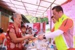 LG전자가 9~10일 미얀마 외곽의 위생 취약 지역인 타토에서 양곤의학대학 출신 현지 의료진과 협력해 현지 주민 3,500여 명에게 무료 검진을 제공했다. 사진은 현지 주민에게 의약품을 전달하고 있는 배상호 노조위원장(오른쪽).