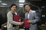 위스콘신주립대학교 한국사무소IUEC와 한국재능기부봉사단은 6일 삼성동 본사에서 기관 상호간 신뢰를 증진시키고 위스콘신 영어캠프 발전을 위하여 양자간 MOU협약을 체결했다.(사진자료제공: 한국재능기부봉사단)