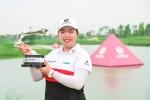 지난 10일, 중국 상하이에서 열린 유럽 여자프로골프투어 뷰익 챔피언십에 참가해  우승을 차지한 펑샨샨 선수가 포즈를 취하고 있다.