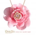 디블리스는 로즈데이를 맞아 여성들의 마음을 사로잡는 아름다운 장미 디자인의 로즈데이 리미티드 에디션 목걸이를 출시했다