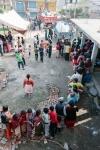 옥스팜이 제공하고 있는 위생키트를 받기 위해 줄을 서 있는 네팔 지진 피해 주민들