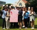 스승의 날을 맞아 세종대학교 학생들이 감사의 마음을 담은 손편지를 모아 교수(왼쪽에서 세 번째)에게 전달하고 있다.
