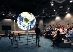부산고등학교 과학 동아리원이 SOS실에서 우주과학 체험활동을 하고 있다.
