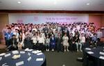 2015성년의날 기념행사가 여성가족부와 한국청소년단체협의회 개최로 5.18일 오후2시 하이서울유스호스텔 대강당에서 열린 가운데, 참가자 100명이 기념촬영을 하고 있다. (사진제공: 한국청소년단체협의회)
