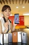 LG전자 G4 스마트폰으로 촬영된 무보정 이미지. LG전자 모델이 LG트윈타워에서 글로벌 시장에 출시하는 G4 스타일러스와 G4c를 소개하고 있는 모습. 브라운 가죽의 G4를 기준으로 큰 사이즈는 G4 스타일러스 2종, 작은 사이즈는 G4c 3종