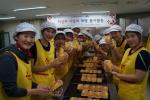 흥국생명 배구단이 박미희 감독 이하 코치, 선수, 사무국 직원 등 20여 명이 홀몸 어르신들을 위해 빵 나눔 전도사로 나섰다.