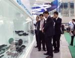 아시아 최대 플라스틱 전시회인 '차이나플라스 2015'를 찾은 관람객들이 효성이 세계 최초로 상용화해 글로벌 시장에 첫 선을 보인 폴리케톤으로 만든 다양한 응용 제품들을 살펴보고 있다.