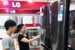 28일 중국 광저우의 한 가전 매장에서 중국 소비자들이 LG 얼음 정수기냉장고를 구경하고있다.