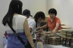코리아 콘텐츠 페어에 참가한 관람객들이 한류 우수상품을 살펴보고 있다