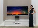 삼성전자가 세계적 산업 디자이너 이브 베하와 협업해 2015년 SUHD TV의 최상위 프리미엄 제품인 SUHD TV 82S9W를 세계 최초로 국내에 출시한다. 사진은 삼성전자 모델이 82S9W를 소개하는 모습.