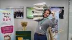 2015 프레지던츠컵 대회 운영 총괄을 맡고 있는 PGA투어 매트 카미엔스키 부사장이 9일 최경주 선수의 지목을 받아 인천 송도에 위치한 2015 프레지던츠컵 사무국에서 라이스 버킷 챌린지 캠페인에 참여했다.(사진 최경주 재단 제공)