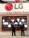 LG전자가  17일부터 19일까지 미국 올랜도에서 열리는 세계 최대의 상업용 디스플레이 전시회인 인포콤 2015(InfoComm 2015)에 참가했다. LG전자 미국 법인 직원이 연결부 두께 2mm미만의 비디오월 앞에서 포즈를 취하고 있다.