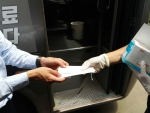 제주스타렌트카 직원이 셔틀 탑승객에게 마스크를 나누어 주고 있다