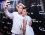 행사에 참석한 러시아 배우 예고르 코레쉬코프(왼쪽)와 아그니야 쿠즈네초바(오른쪽)가 갤럭시 S6로 셀피 촬영하고 있다.