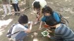 에코스쿨 프로그램 참여자들이 자연물을 활용한 자연놀이를 하고 있다
