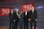 에스티마 파마 솔루션즈 LLP의 CEO 겸 사장 구루다타 가바트리 박사(Dr. Gurudatta Gayatri)가 BID 사장 겸 CEO Jose E. Prieto, BID Group One의 과학 이사 Alfonso C. Casal, QC100의 사장 Craig Miller, Quality Mix의 사장 Norman Ingle로부터 CQE상을 수상했다.