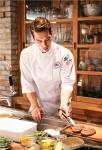 제3회 미국육류수출협회 소비자 체험단 발대식 행사에서, 미국산 소고기 홍보모델 방송인 리키 김이 미국산 소고기 브랜드 록키 마운틴 스테이크 제품을 활용한 요리를 시연하고 있다.