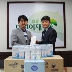 초록우산 어린이 재단 경기지역 홍창표 본부장(좌)에게 기부금을 전달하는 KAN 이순만 대표