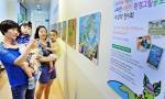 6일 서울 홈플러스 영등포점에서 고객들이 2015 e파란 어린이 환경그림공모전 수상작을 관람하고 있다.