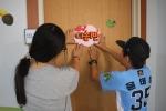 다솜 방과후아카데미 재학생과 수료생이 함께 만든 폼아트 문패를 수련관 강의실 문에 부착하고 있다