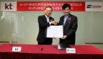 중국 상해 유니온페이 인터내셔널 본사에서 KT 황창규 회장(좌측)과 유니온페이 거화용 이사장(우측)이 ICT 기반 글로벌 금융 서비스 확산을 위한 전략적 업무 협약을 체결하고 있다.