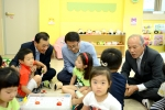 정자치부 김성렬 지방행정실장이 오류1동새마을금고가 위탁운영하고 있는 새롬마을 어린이집을 방문하여 수업에 참관하고 있다