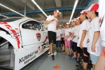 19일, 전남 영암 코리아 인터내셔널 서킷에서 열린 모터스포츠 체험 프로그램에서 모터스포츠 관련 기초 교육을 받고 있는 엑스타 레이싱팀 김진표 감독과 전남 곡성군 입면초등학교 학생들.