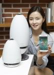 삼성전자 모델이 삼성 무선 360 오디오의 무선 멀티룸 오디오앱으로 이용할 수 있는 멜론 서비스를 소개하고 있다.