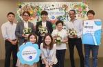 이승기가 제품 홍보 모델로 활동 중인 한국먼디파마 창립 17주년 기념 희망꽃바구니 행사에서 소아암 환자 가족들에게 전달할 꽃바구니와 선물 세트를 제작하는 자원 봉사에 참여했다.