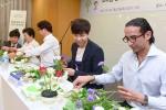 배우바구니 행사에서 소아암 환자 가족들에게 전달할 꽃바구니와 선물 세트를 제작하는 자원 봉사에 참여했다.