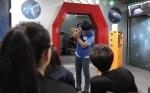 4D 시뮬레이터 체험에 앞서 오최근 지도자가 캠프에 참가한 청소년에게 편광의 원리를 설명하고 있다